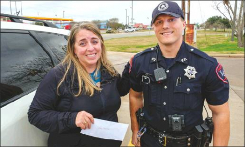LG Police Officers Hand Out $100 Bills to Motorists for Christmas